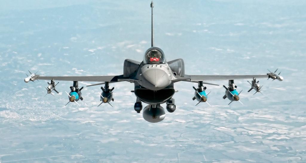 Daha fazla mühimmat almak için kanatlarının altındaki yakıt tankları sökülen Türk Hava Kuvvetlerine bağlı F-16