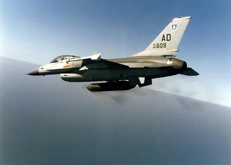 30 MM'lik GPU-5A topunu taşıyan Amerikan Hava Kuvvetleri'ne ait F-16 Block 10