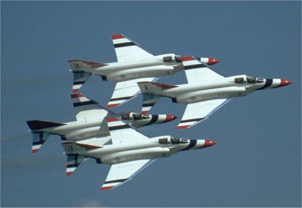 Birleşik Devletler Hava Kuvvetleri'ne bağlı gösteri takımı Thunderbirds'lere ait F-4E'ler