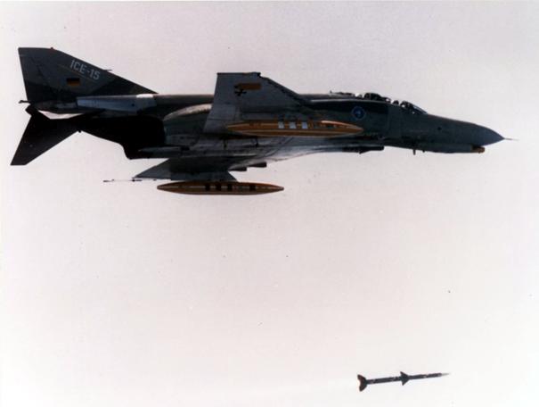 Luftwaffe'ye ait F-4F ICE Phantom II Savaş Uçağı Aim-120 Amraam füzesi ateşlerken
