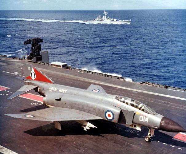 Kraliyet Donanması'na bağlı F-4K Savaş Uçağı
