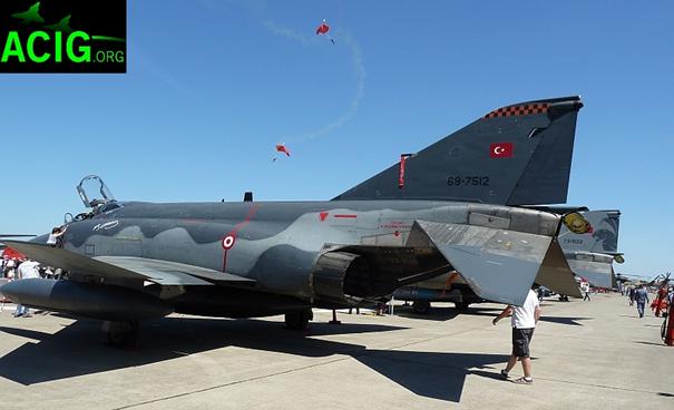 2011 İzmir Hava Gösterileri sırasında sergilenen bir RF-4E TM savaş uçağı. Uçağın kanat altlarında hassas güdümlü bombalar bulunuyor