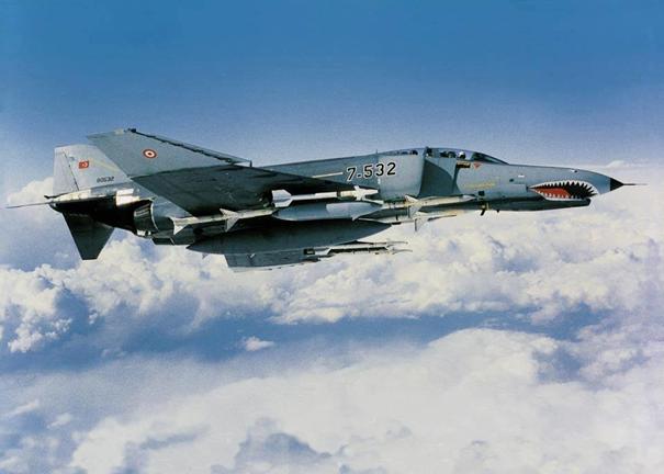 Türk Hava Kuvvetleri'ne bağlı F-4E savaş uçağımız Aim-7 Sparrow füzeleri ile görevde