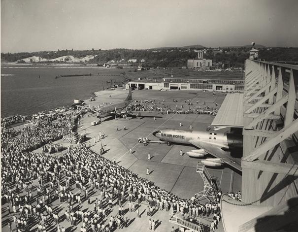 1956 yılında üretilen ilk KC-135 'in fabrikadan çıkış anı