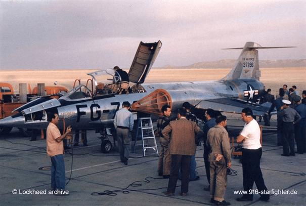 İkinci prototip olan XF-104 uçuş öncesi hazırlıkları yapıyor.