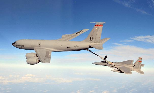 Birleşik Devletler Hava Kuvvetleri'ne bağlı KC-135 F-15'e yakıt ikmali yaparken