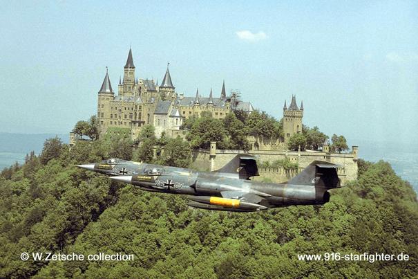 Alman Hava Kuvvetleri'ne bağlı F-104G'ler Hohenzollern Kalesi yakınında uçarken