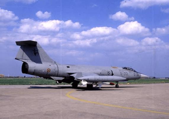 İtalyan Hava Kuvvetlerine bağlı F-104S Sparrow füzesi yüklü halde