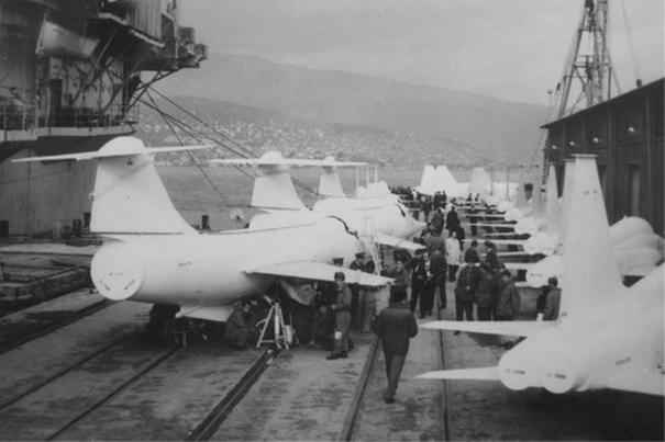 İzmir limanına gemilerle getirilen F-104 ve F-5 savaş uçakları