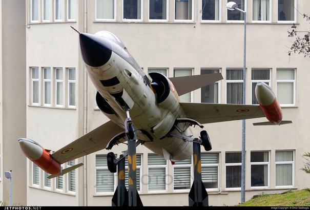 63-12733 seri numaralı F-104 savaş uçağı yeni UUBF binası önünde