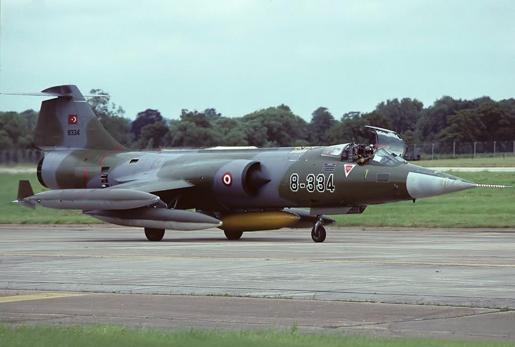 Alman Hava Kuvvetleri envanterinden gelen 8-334 kuyruk numaralı F-104G. Uçak 8. Ana jet üssüne bağlı iken çekilmiş bir fotoğraf.