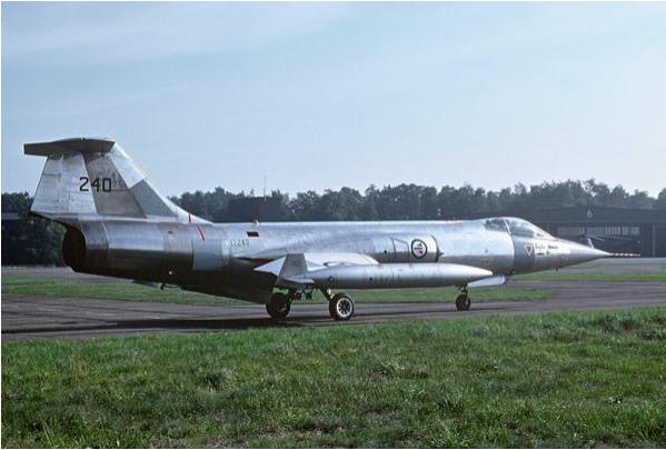 Eylül 1975 de Norveç Kraliyet Hava Kuvvetleri'ne bağlı F-104 Starfighter.  240 kuyruk numaralı bu uçak Türk Envanterine girerek 62-12240 adını almıştır