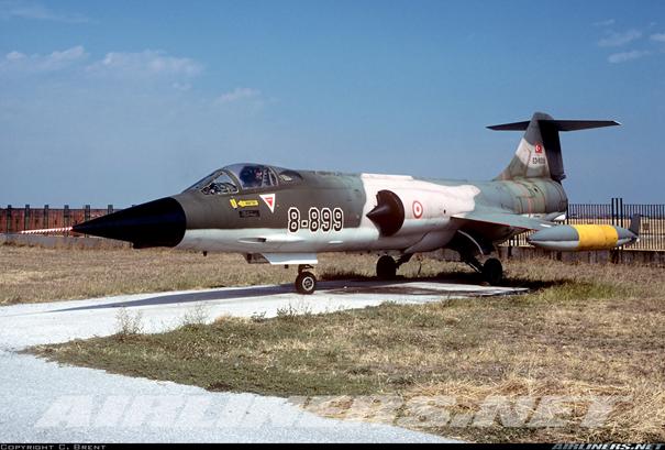 Türk Hava Kuvvetlerine bağlı 8-899 kodlu CF-104 savaş uçağı. Uçak Krumova Hava limanındaki Bulgaristan Hava Müzesinde sergilenmektedir. Uçak kodu 8-899 olarak boyanmıştır.