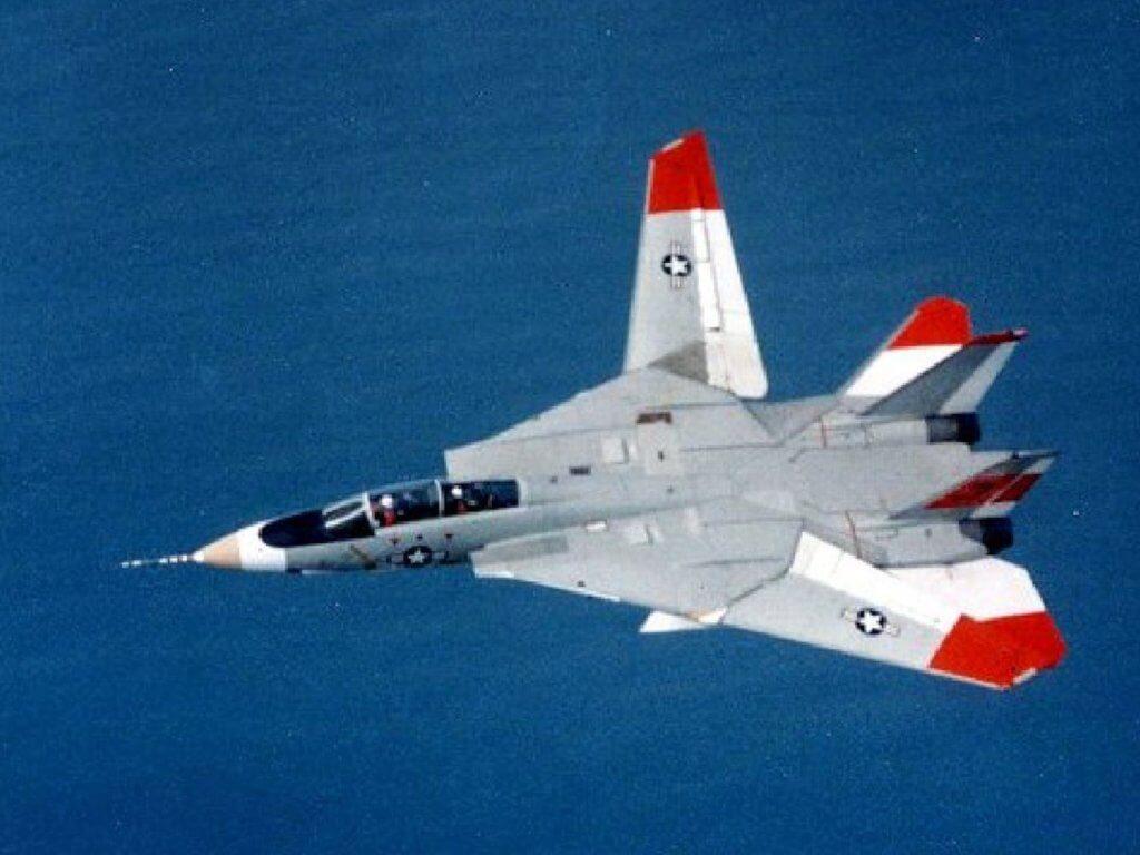F-14 Tomcat 'in kanatları asimetrik şekilde iken