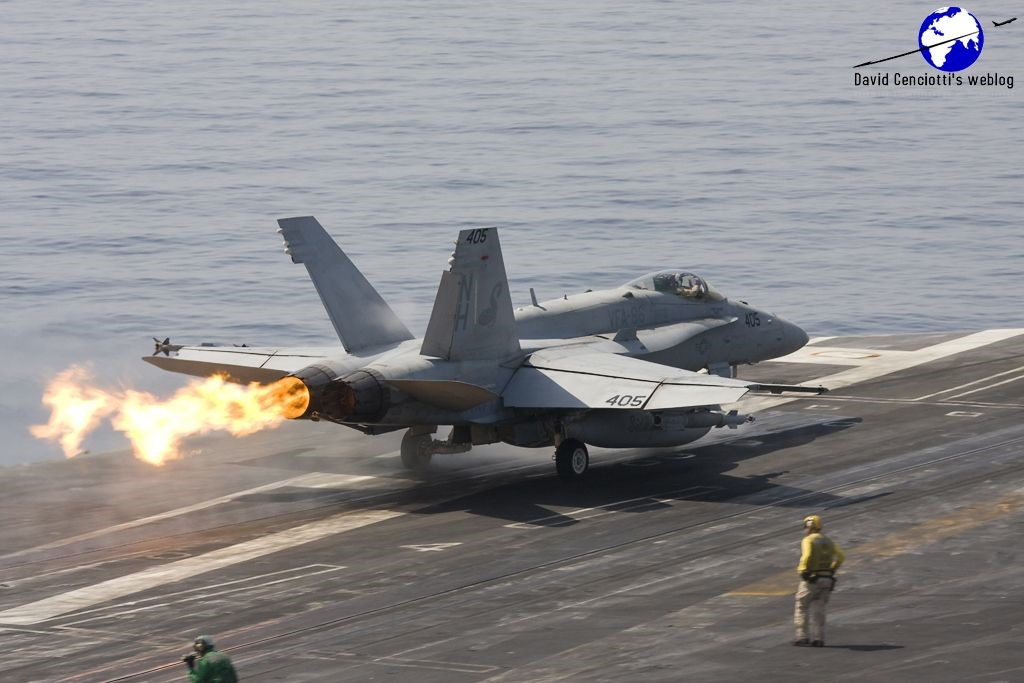F/A-18 savaş uçağının motoru compressor stall arızası yaparken