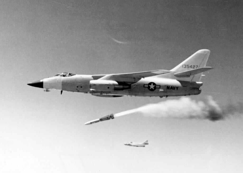 Douglas A-3 Skywarrior savaş uçağı Aim-54 füzesini test ederken