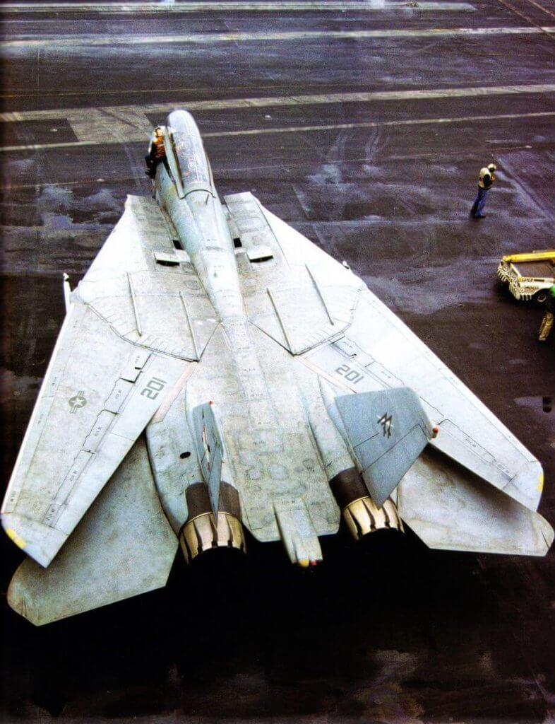 F-14 Tomcat 'in kanatları oversweep konumunda iken