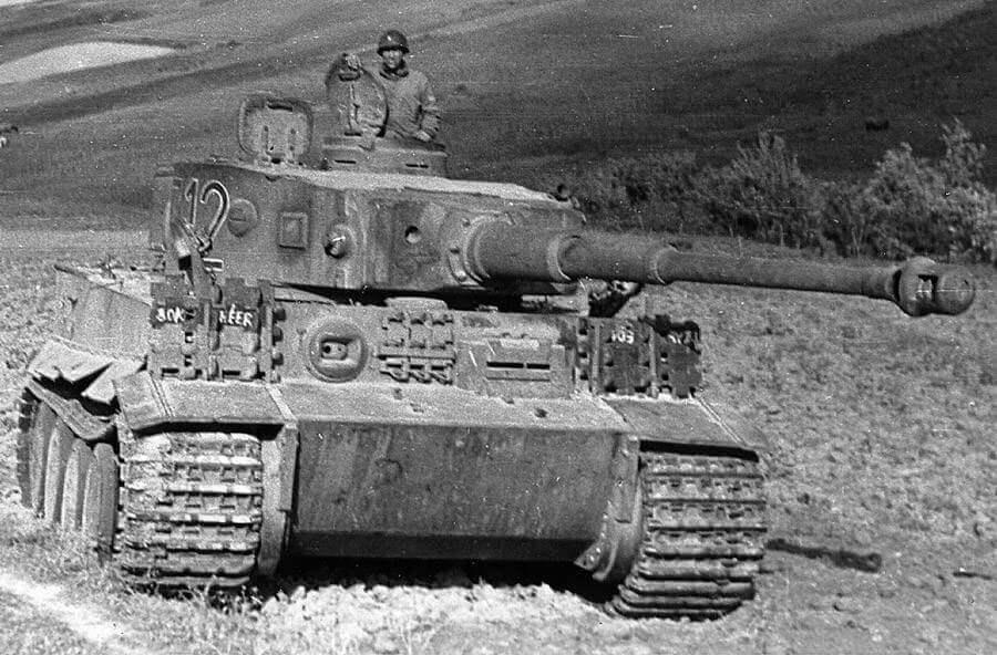 Ele geçirilmiş Alman Tiger I tankı ile poz veren Amerikan askeri, Tunus yakınları, Kuzey Afrika, 1943 başları civarı