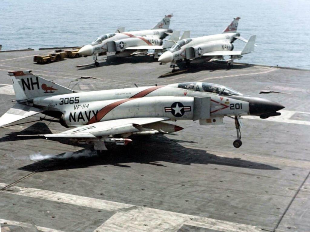 Birleşik Devletler Donanması'na bağlı USS Kitty Hawk uçak gemisinde görevli F-4B Phantom savaş uçağı
