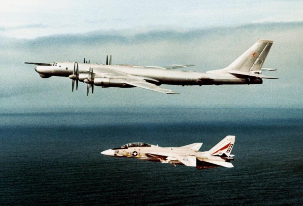 Birleşik Devletler Donanmasına bağlı F-14 Tomcat savaş uçağı Sovyet Hava Kuvvetlerine bağlı TU-95'i önlerken
