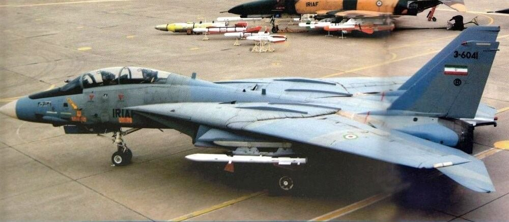 İran Hava Kuvvetlerine bağlı F-14 Tomcat R-27 füzesi yüklü halde