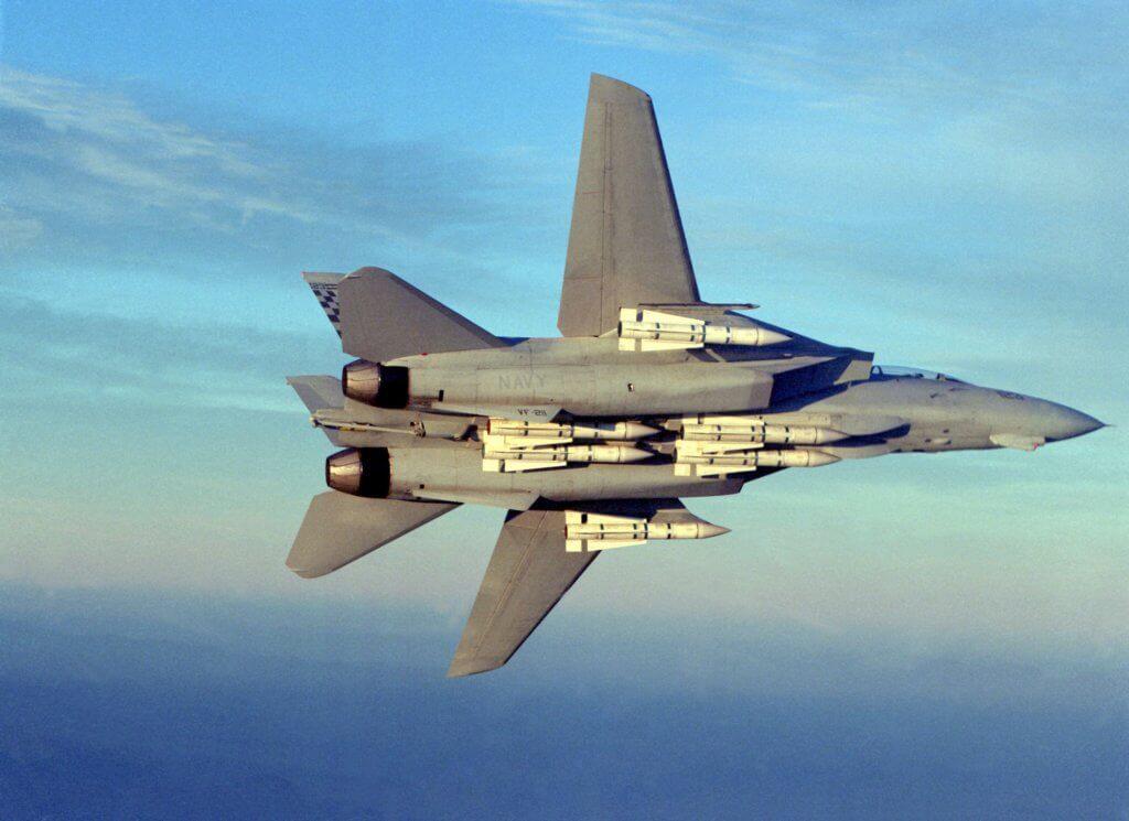F-14 Tomcat savaş uçağı 6 adet Phoenix füzesi yüklü halde