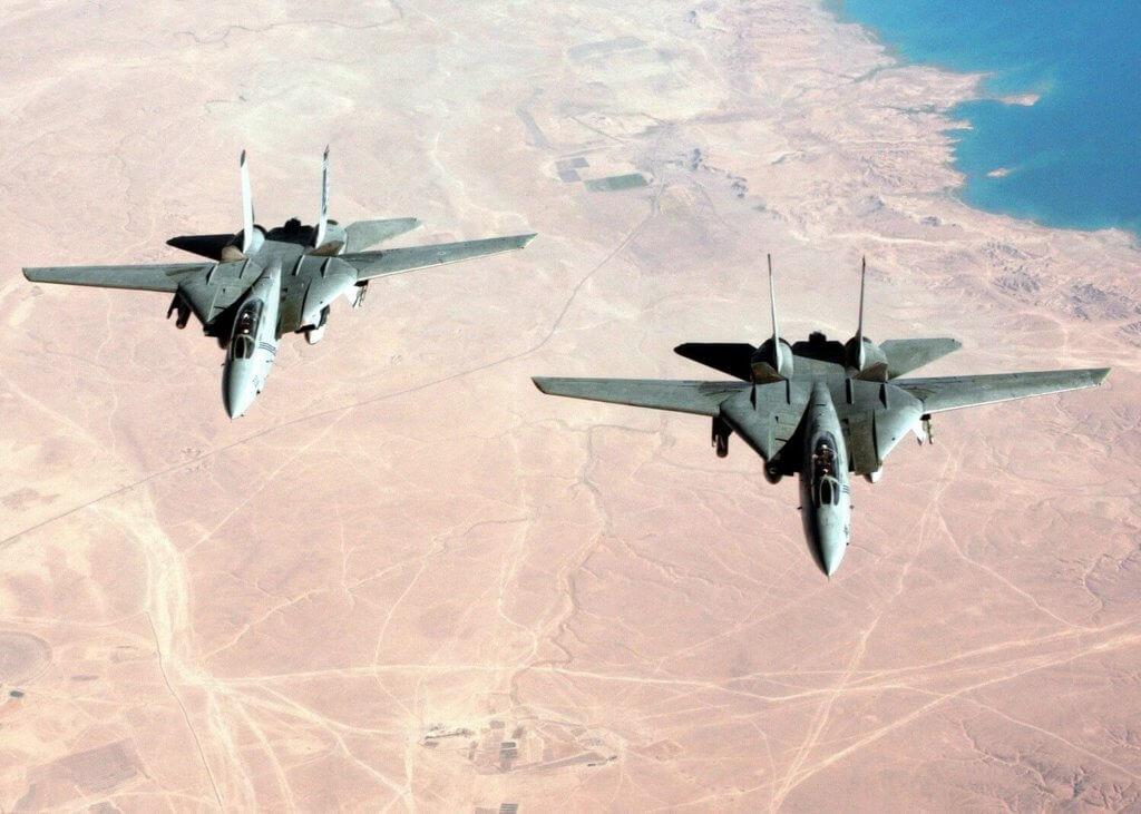 Birleşik Devletler Donanması'na bağlı F-14B'ler Irak üstünde uçarken