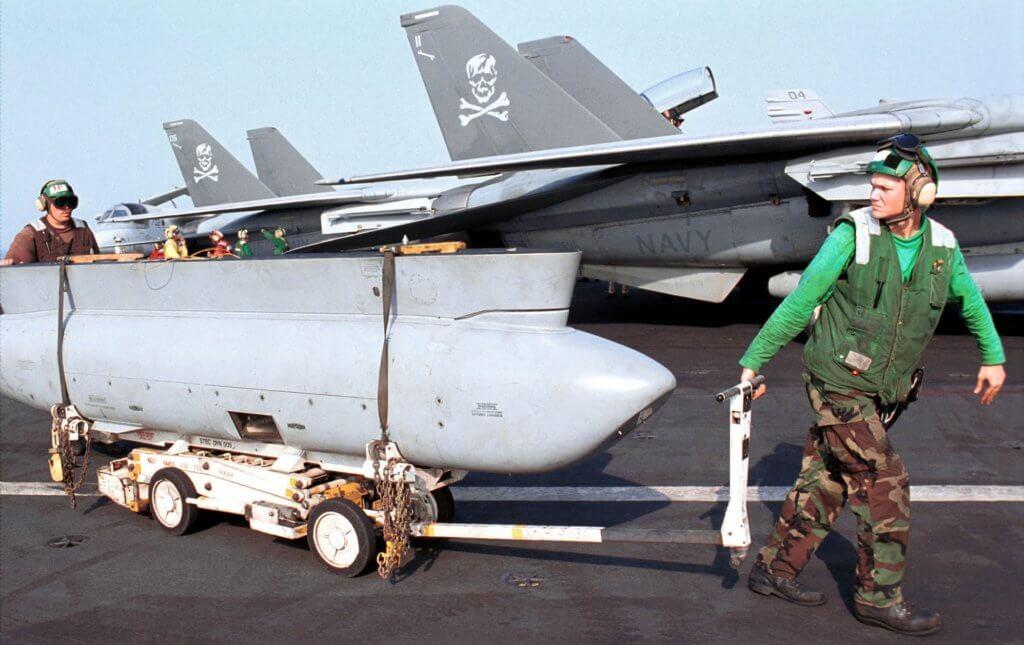 Taktik Havadan Keşif Podu Sistemi (TARPS) podu F-14 Tomcat savaş uçağına takılmaya hazırlanırken