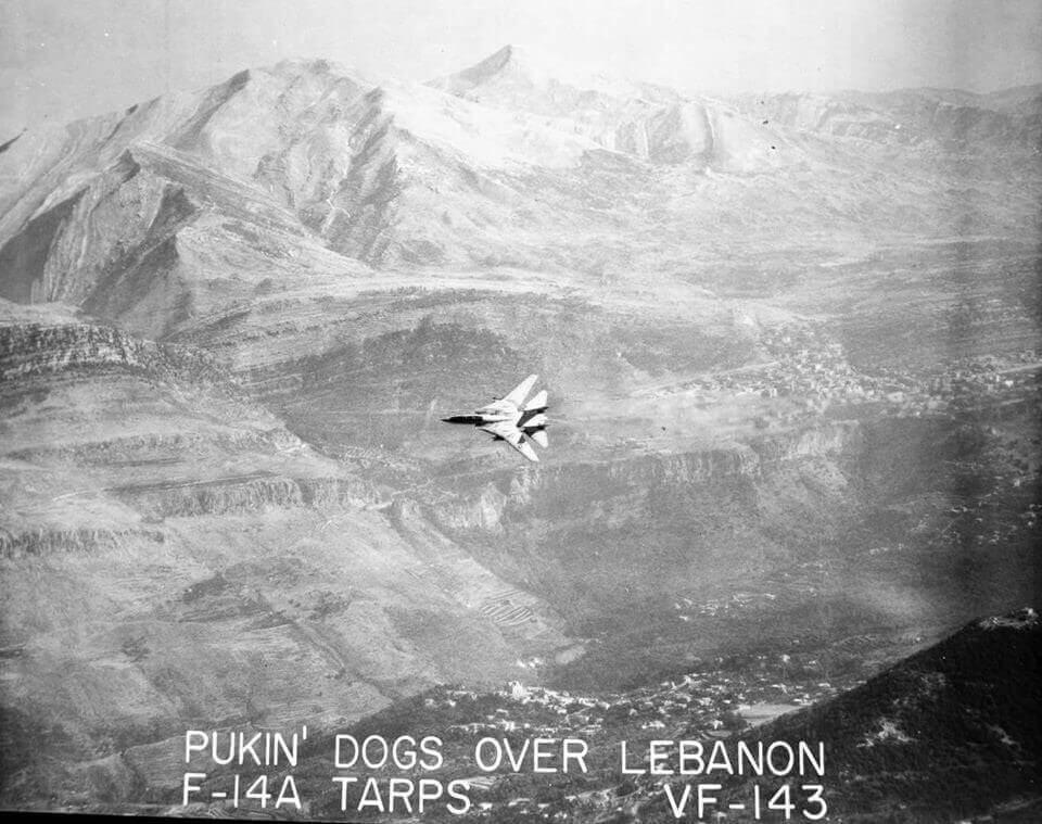 VF-143 filosuna bağlı F-14 Tomcat Lübnan üzerinde TARPS poduyla keşif yaparken