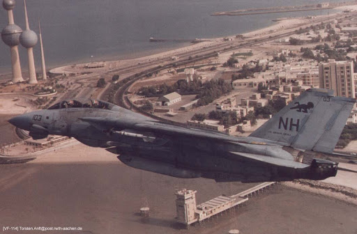 F-14 Tomcat savaş uçağı Kuveyt üzerinde