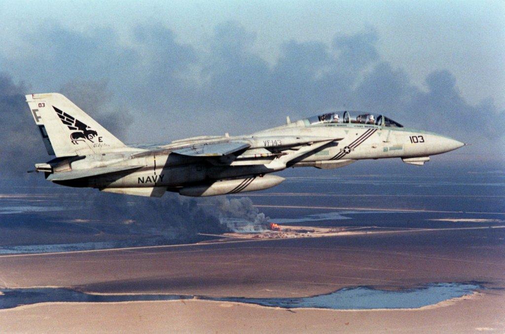 F-14 Tomcat savaş uçağı yanan Kuveyt petrol kuyularının üzerinde uçarken