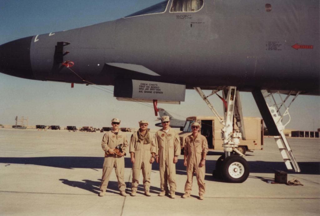 Çöl Tilkisi Operasyonuna (Operation Desert Fox) katılan B-1B bombardıman uçağı ve Irak askerleri