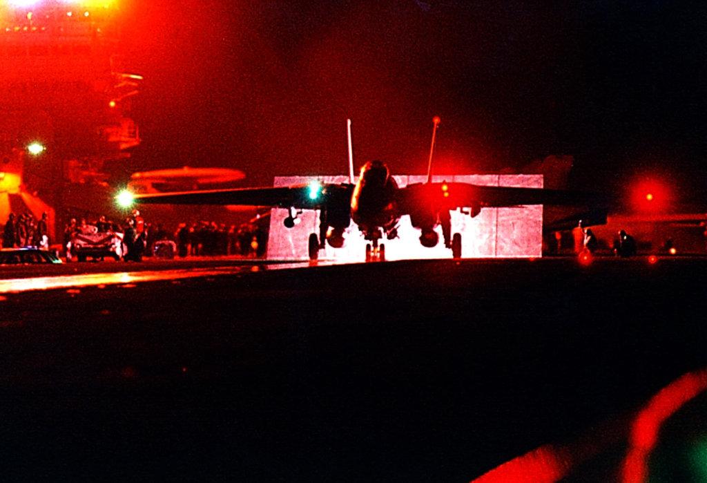 F-14 Tomcat Kosova savaşı için gece kalkışına hazırlanıyor