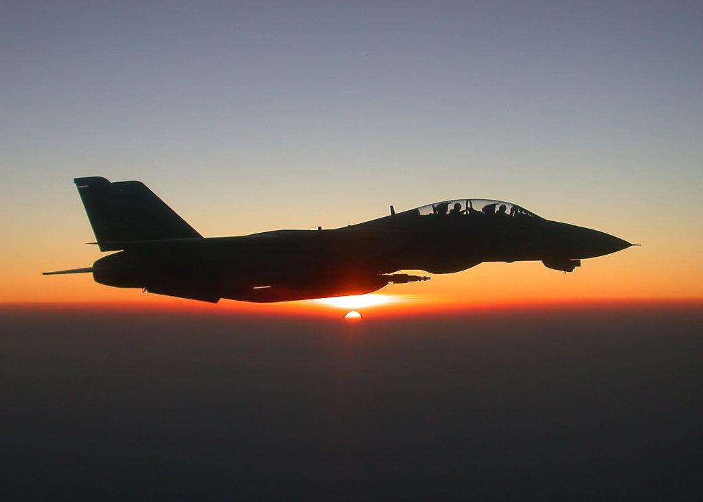 F-14 Tomcat savaş uçağı lazer güdümlü mühimmatıyla Afganistan üzerinde uçarken