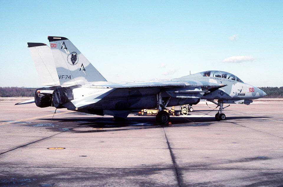 F-14 Tomcat savaş uçağı aggressor kamuflajıyla
