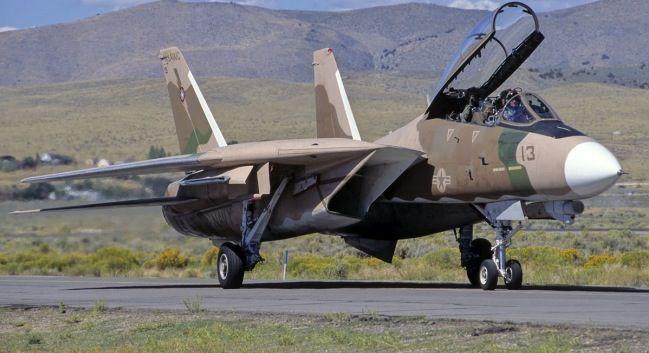 Birleşik Devletler Donanması'na bağlı F-14 Tomcat çöl kamuflajıyla İran PersianCat'lerini simüle ederken