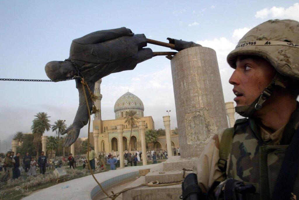 Bağdat'ın merkezinde bulunan Saddam Hüseyin'in heykeli devrilirken