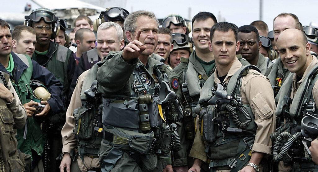Başkan Bush, uçak gemisi olan USS Abraham Lincoln'de