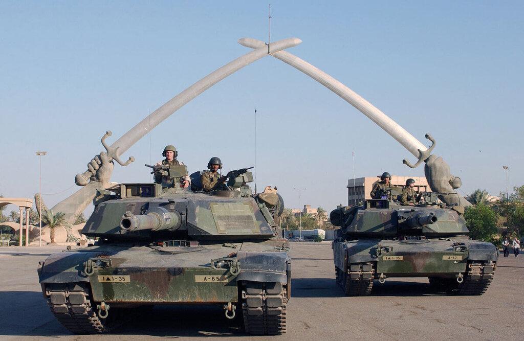 Amerikan zırhlıları Bağdat'taki Zaferin Elleri anıtının altından geçerken