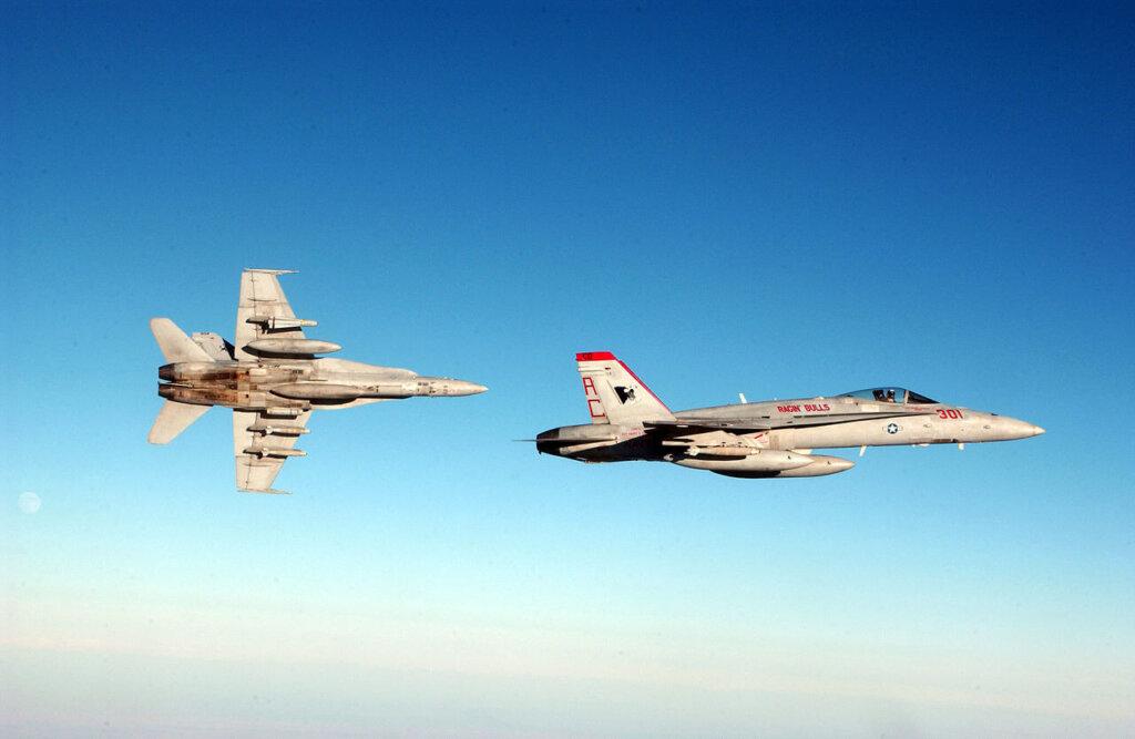F/A-18 Hornet savaş uçakları Irak Özgürlük Operasyonu esnasında uçarken