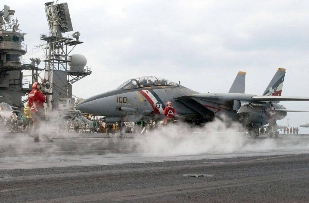 VF-2 filosuna bağlı F-14D Super Tomcat Irak savaşı için USS Constellation uçak gemisinden kalkarken