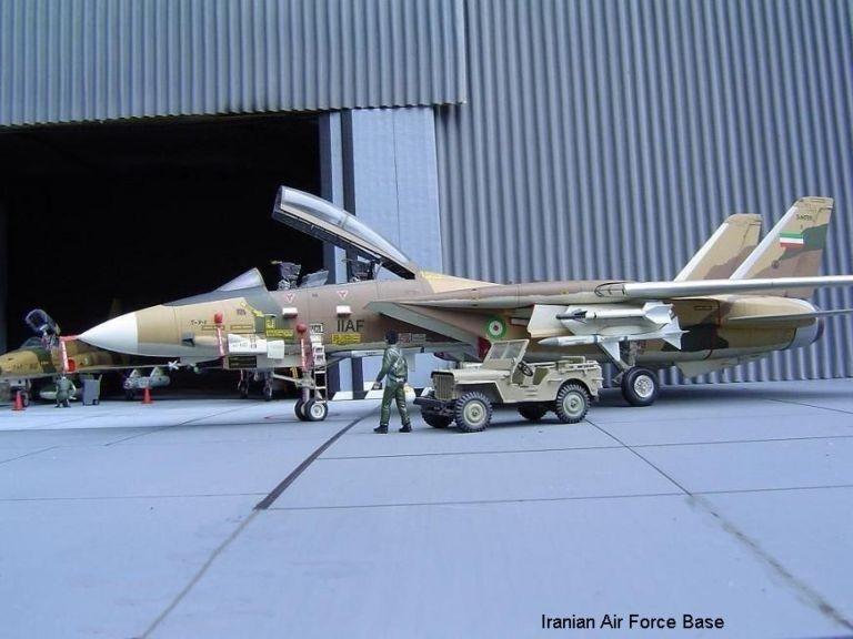 İran İmparatorluk Hava Kuvvetleri'ne bağlı F-14 savaş uçağı kalkış için hazırlanıyor