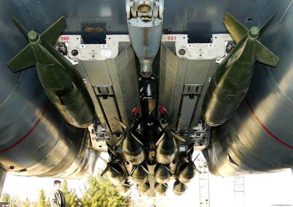 İran F-14''üne yüklenen bombalar