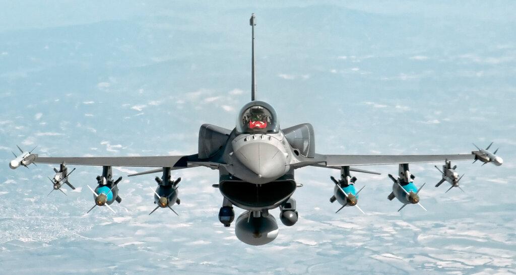 Türk Hava Kuvvetleri'ne bağlı F-16 Block 50+ 4 adet lazer güdümlü bomba yüklü halde