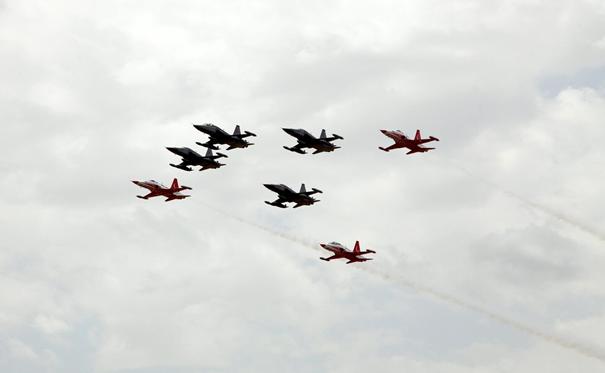 F-5 2000 Savaş uçakların jübile uçuşuna katılan Türk Yıldızları